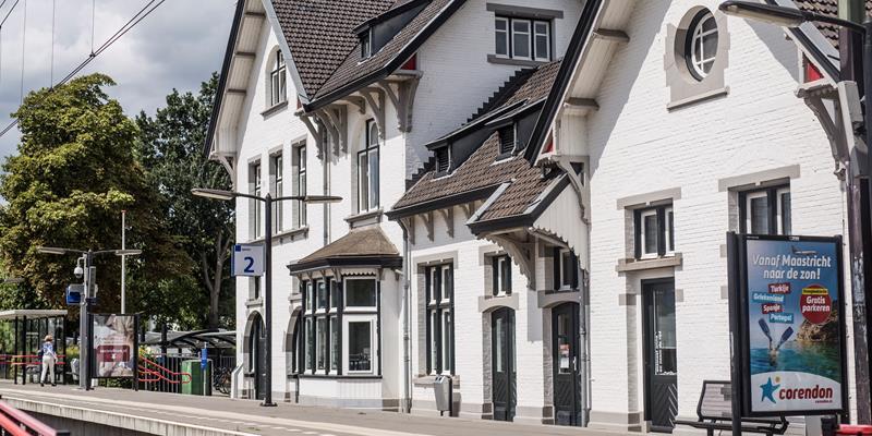 Stationsgebouw en voormalig seinwachtershuisje - Foto 0