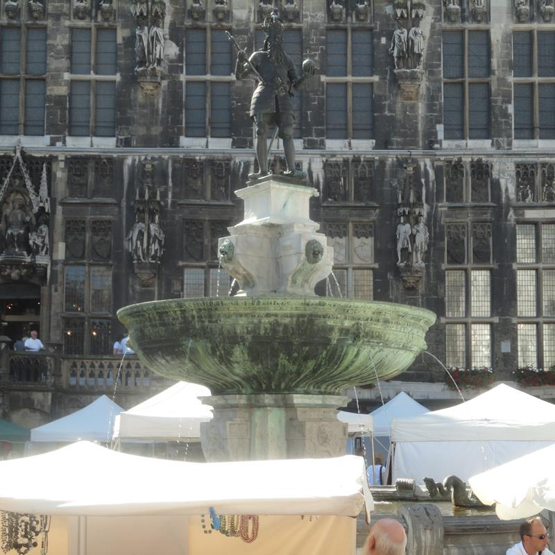 Standbeeld Karel de Grote - Foto 1